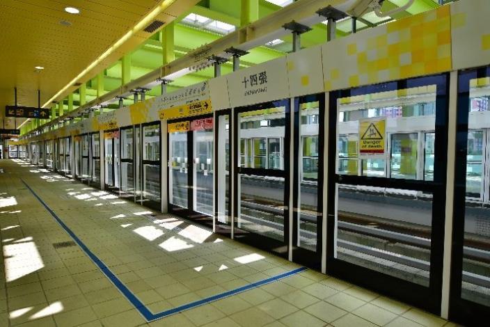 2. 十四張站的月台門設計(含上方鋼樑及地坪之色彩)
