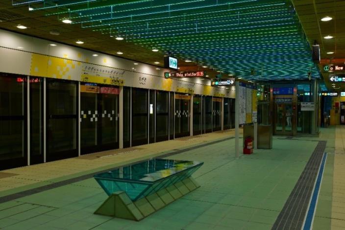 月台門的設計有四種: 1. 大坪林站的月台門設計(含門楣及及地坪色彩)