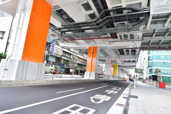 板新站下方的立柱是橘色