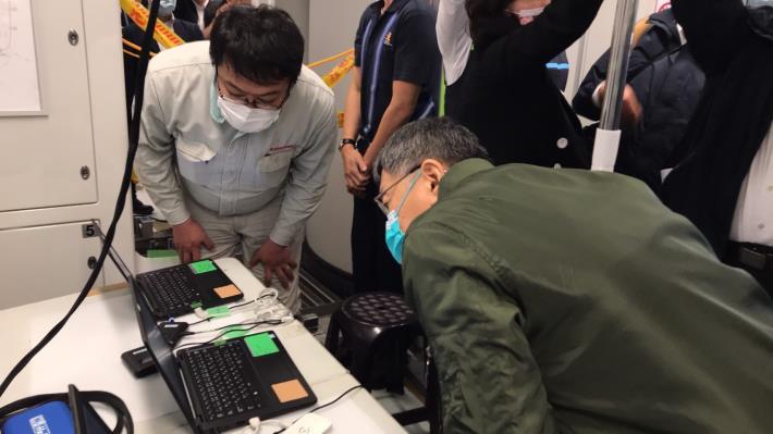 附件4 柯市長於中捷車廂內透過電腦了解監控聯結器測試情形