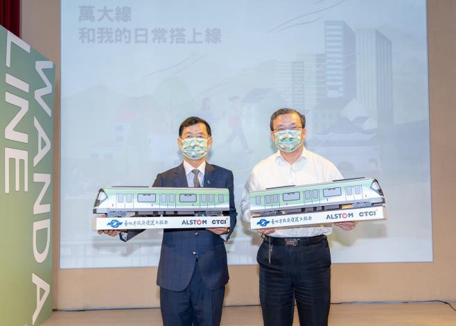 彭振聲副市長(左)與捷運局張澤雄局長(右)手持榮獲本次票選第一名5號朝氣蓬勃的車體模型