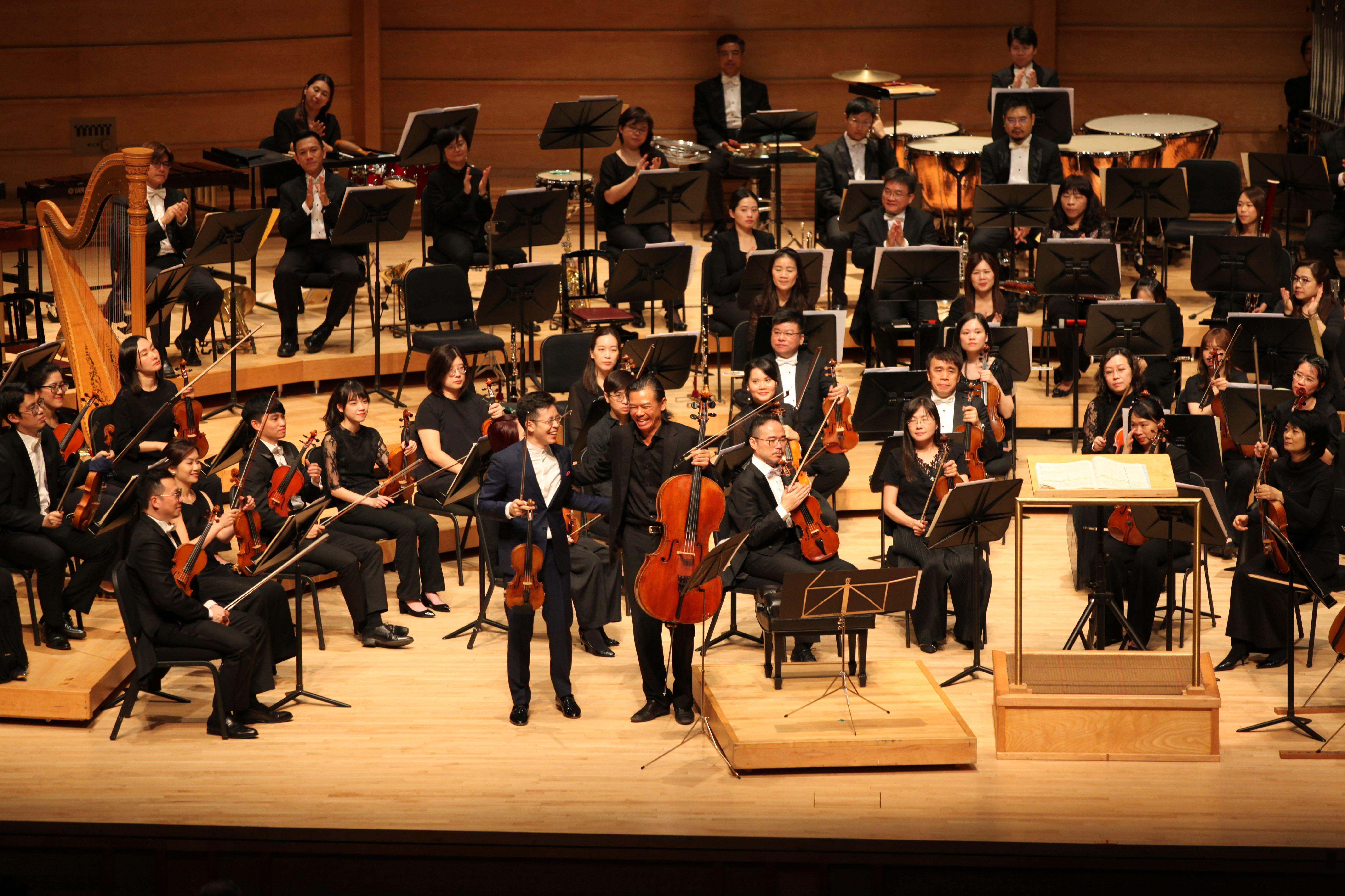 小提琴家黃俊文、大提琴家范雅志演出金希文雙重協奏曲,獲得觀眾大力讚賞