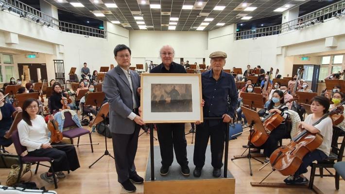 左起北市交何康國團長、首席指揮殷巴爾、畫家陳景容2