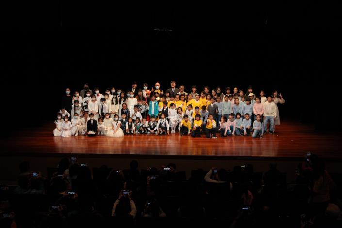 「校園音樂劇計畫」、「一校一樂團計畫」續辦學校109.12.20成果發表會演出,師生、與會貴賓演後合影。IMG_6633(s) v.JPG