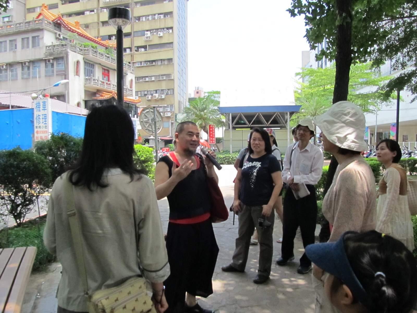 圖表:「當代藝術電影舞蹈和古蹟」線,顏忠賢老師講解中山捷運站周邊之公共藝術。
