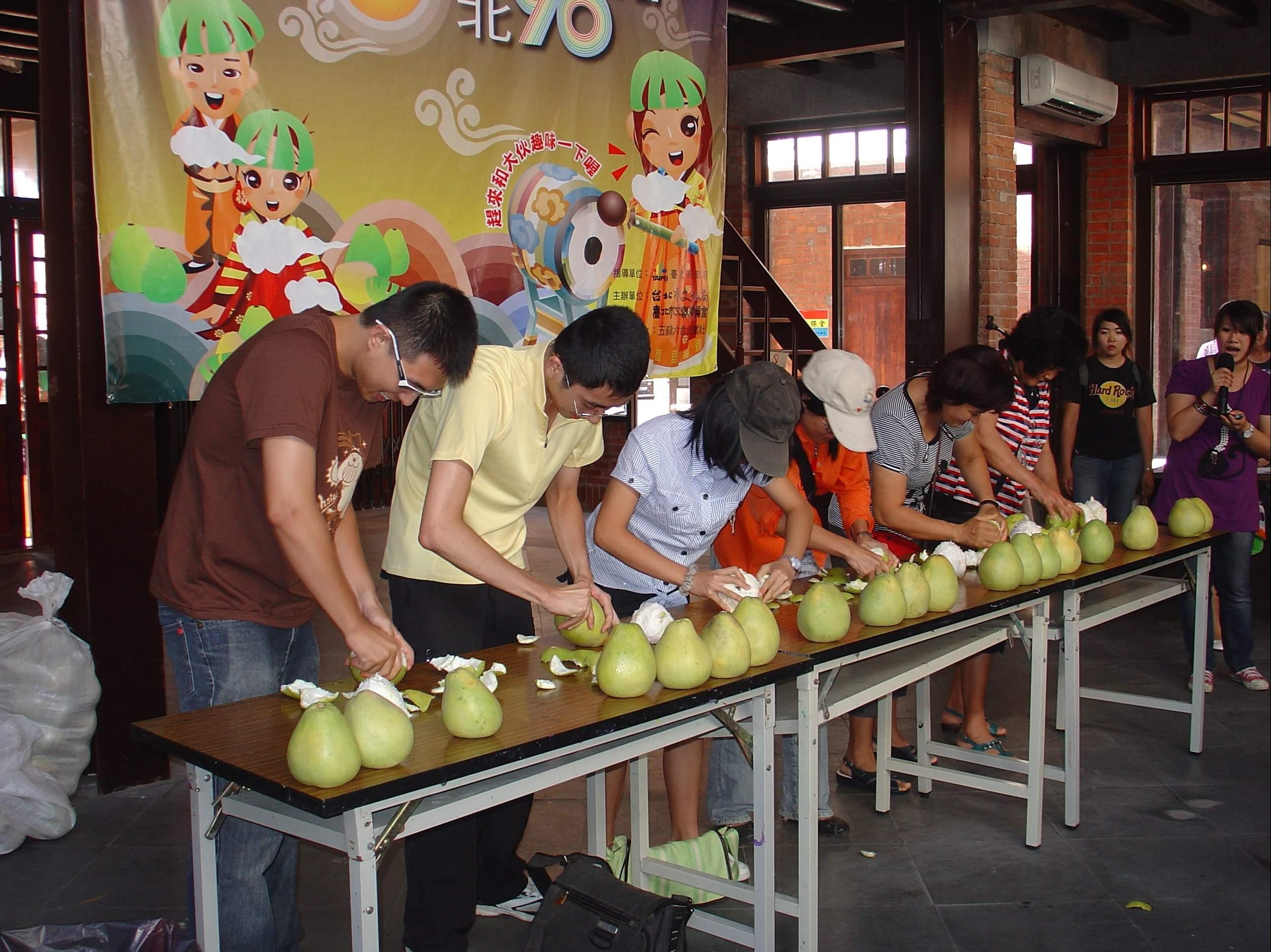 圖表:「中秋節活動:剝柚子大賽」參賽民眾專心剝袖子之情景