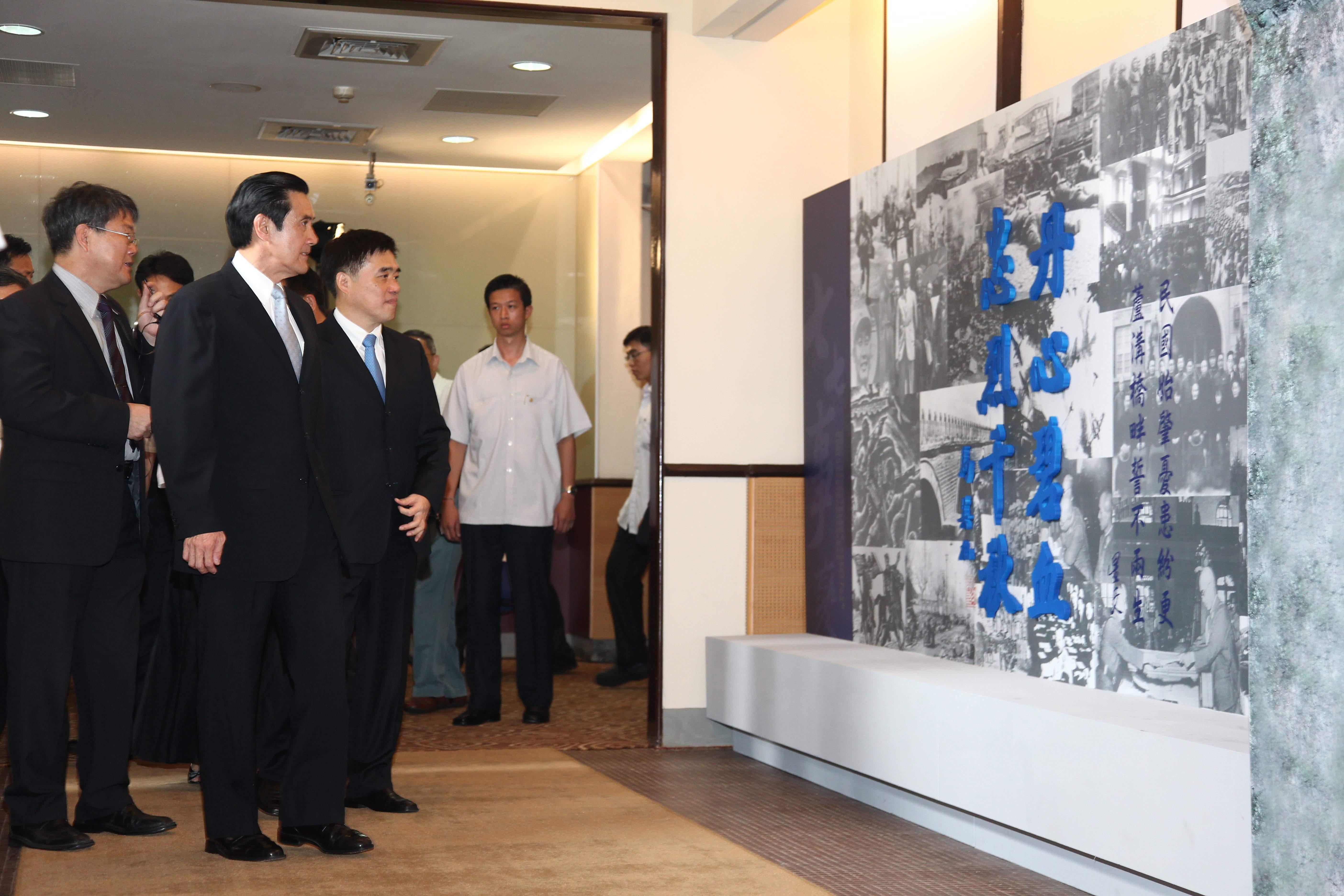圖表:馬總統、郝市長參觀展覽,由中研院近史所張力研究員(左一)導覽解說
