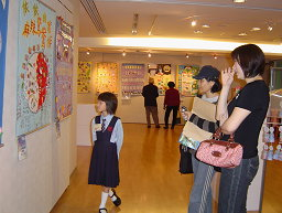 圖表:家長陪同學生參觀展出作品