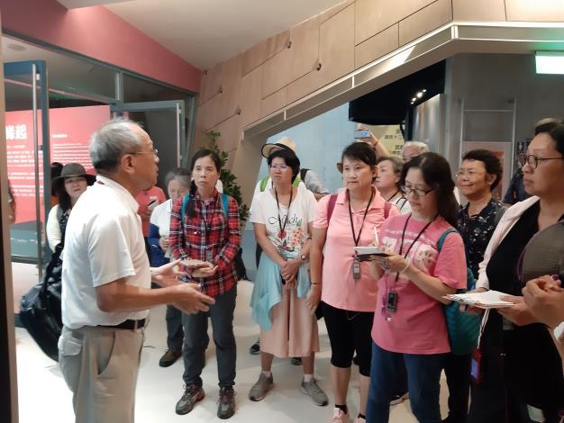 學員專心聆聽劉老師導覽