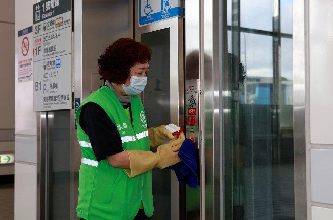 電梯按鈕消毒作業