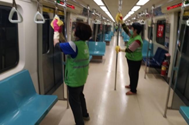 消毒扶手欄杆讓旅客安心使用