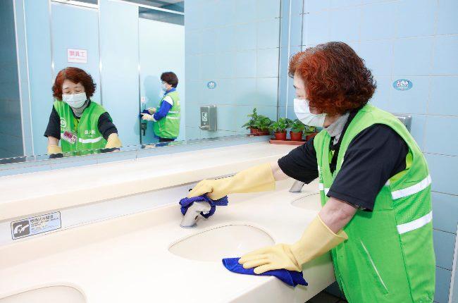 廁所常接觸設備消毒作業