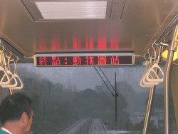 照片: 車門上上方之「到站顯示器」-中運量系統