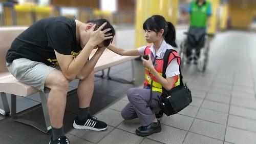 帶著女兒搭捷運 不料癲癇突然發作倒地……