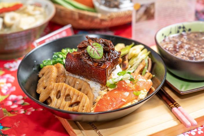 士東市場的曉平家常小吃使用產銷履歷食材,以溫體黑豬肉與曬乾長豆一同燉煮,客家菜[開啟新連結]