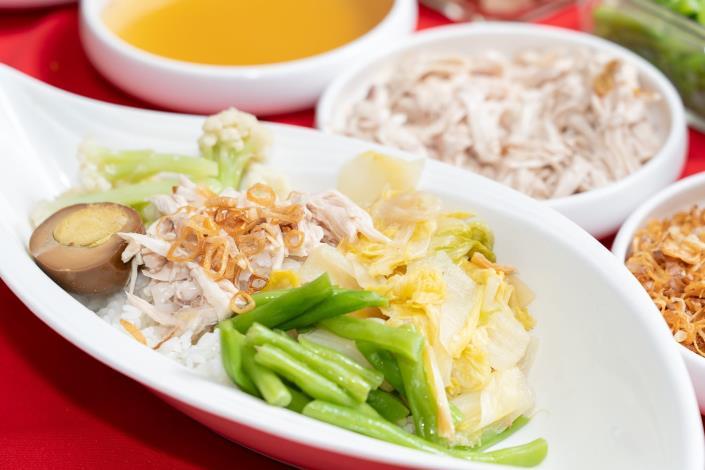 西湖市場的兩丿雞肉飯老闆每日親自到市場精心挑選食材,店內多樣配菜、小吃,讓便當[開啟新連結]