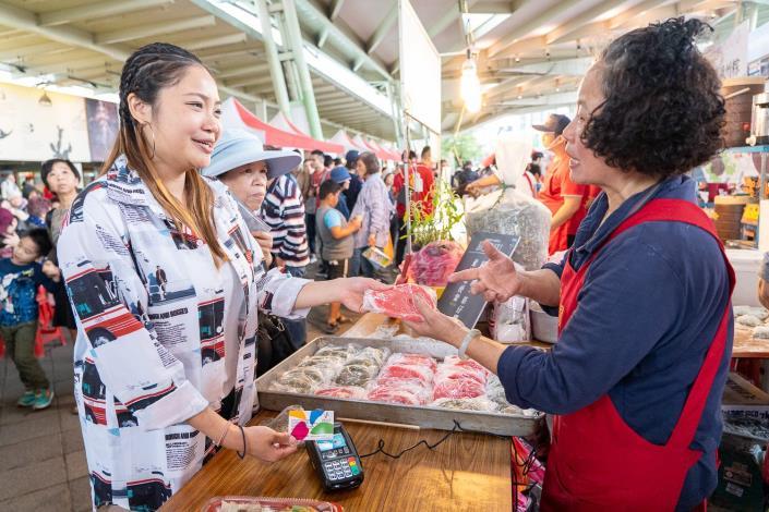 台北傳統市場節首度全場提供電子支付服務,讓民眾用悠遊卡也能輕鬆品嚐市場美味[另開新視窗]