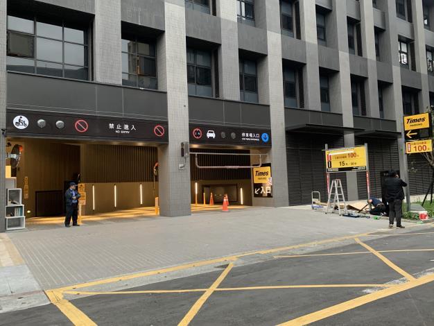 大龍新城地停車場入口處