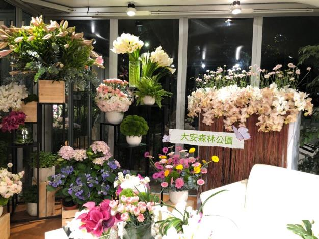 三座花卉櫥窗全面換花-2