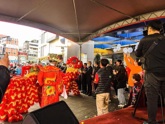舞龍舞獅及財神爺共同賀新春