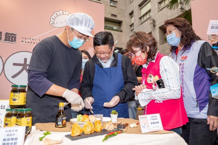 產業局林局長崇傑和郭昭巖議員一起包水餃