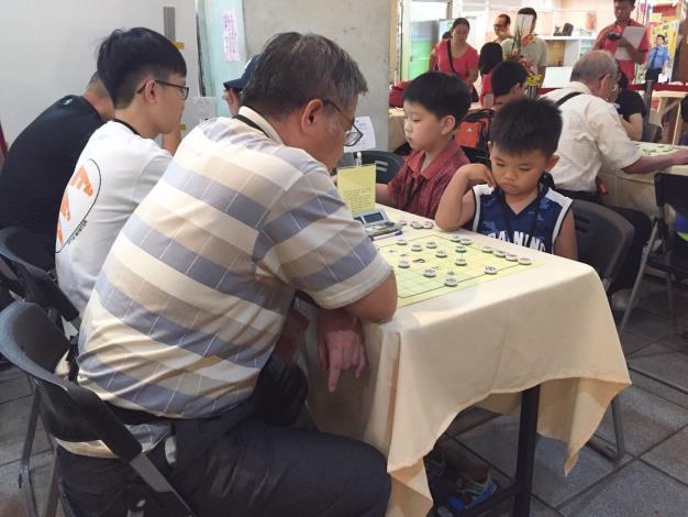 小棋手面對棋局認真思考的模樣
