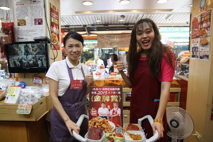 秀娥(又仁)今日至松江市場宣傳傳統市場節開胃料理包,受到攤商及民眾熱烈歡迎.JPG[開啟新連結]
