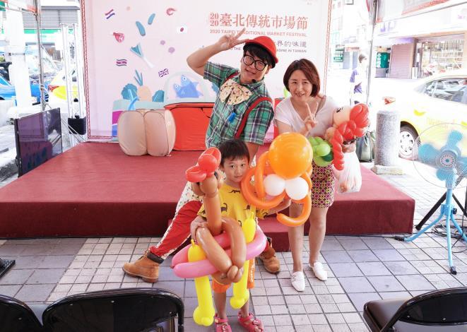 氣球達人摺蔬果氣球給參與活動民眾