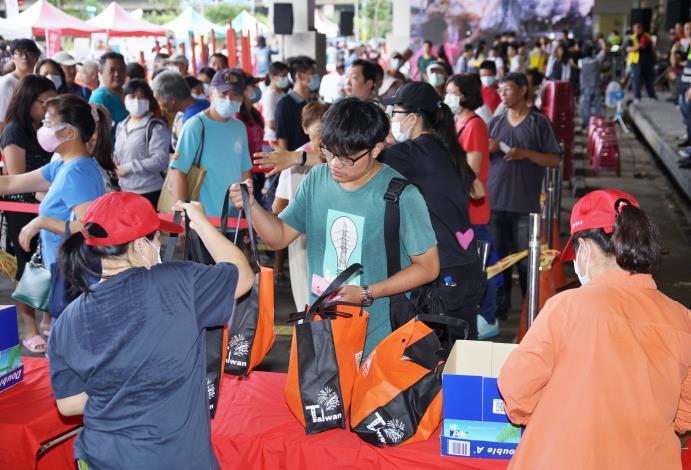 民眾排隊購買福袋3