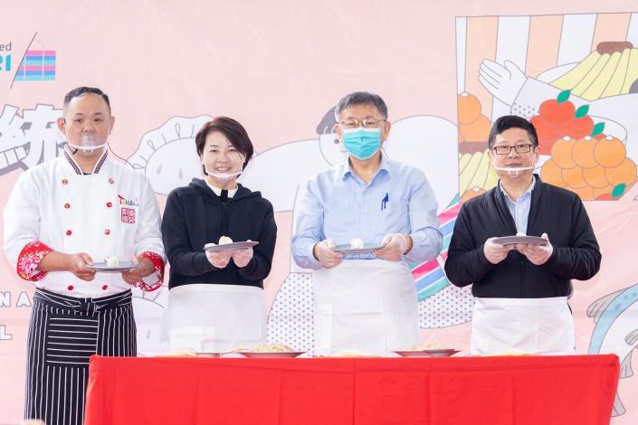 柯文哲市長(中)、黃珊珊副市長(左二)、產發局林崇傑局長(右一)與莊承運主廚(左一)一同包餃子同樂