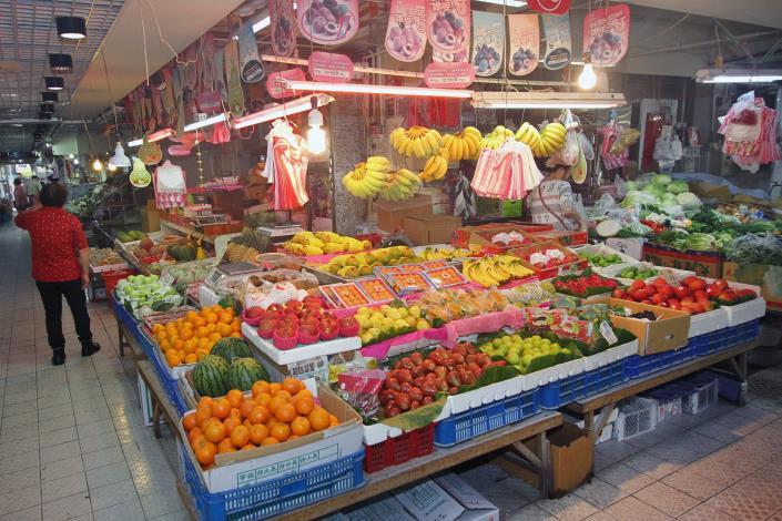 攤子上來自各地的新鮮水果色澤誘人