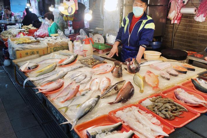 東信鮮魚號位於永吉市場的攤位,各式各樣的鮮魚都有