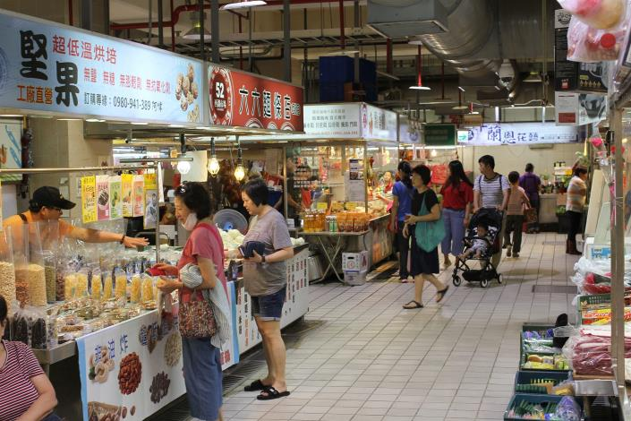 一樓市場內部乾淨整潔的購物環境