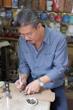 老闆會為客人量身訂做茶具零件或修護(左)、瓷器茶葉罐是多年來的熱銷產品(右)[開啟新連結]