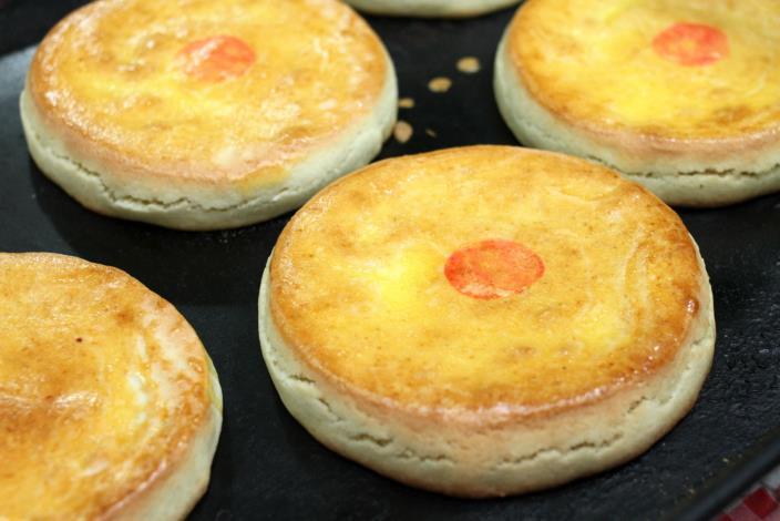 金甘香的大餅有滷肉、鳳梨兩種口味[開啟新連結]