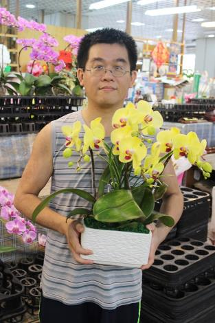 日昇園藝坊第二代主人張建源負責蝴蝶蘭的銷售和產品的調度工作