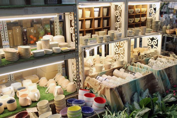 攤位裡近千件的陶製杯子和花器,讓人看得心情大好