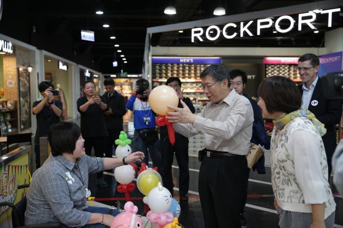 市長參觀街頭藝人表演並購買愛心氣球