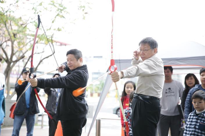 市長與林局長體驗射箭