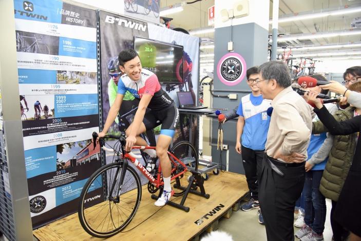 市長聽取店員介紹自行車