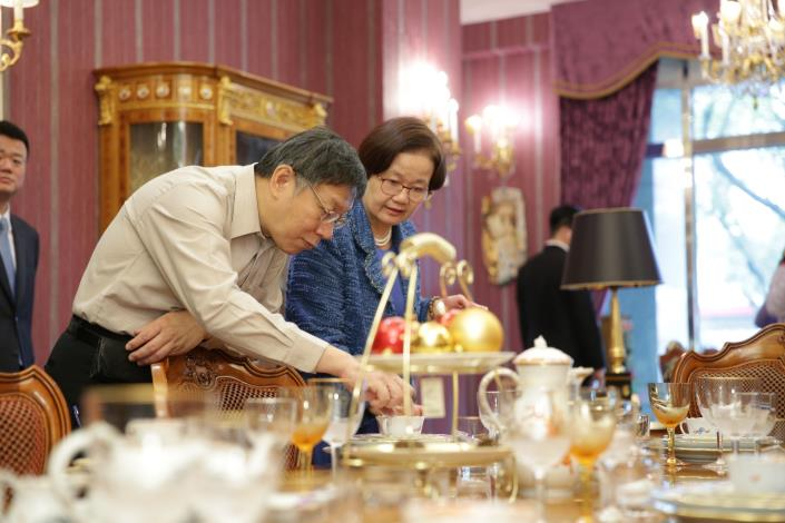 市長於店家觀賞瓷器
