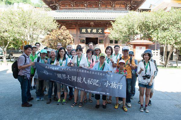 大同小旅行第7場次 民眾於護國禪寺前合影