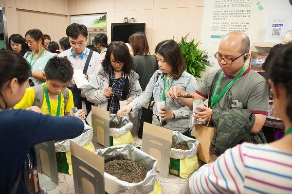 大同小旅行第10場次 民眾於寶堂蝶米體驗茶拼圖DIY樂趣