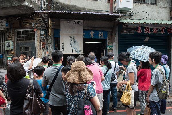 大同小旅行第5場次 民眾於打鐵街聆聽店家介紹
