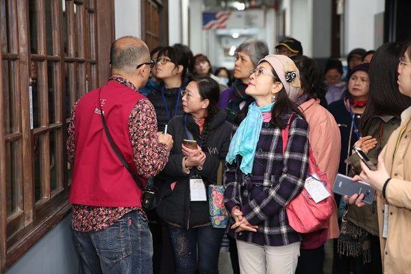 松山文化創意園區導覽員帶大家參訪園區內
