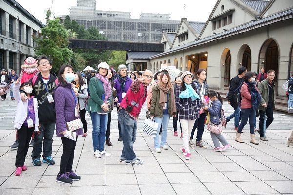 松山文化創意園區導覽員帶大家走訪園區外