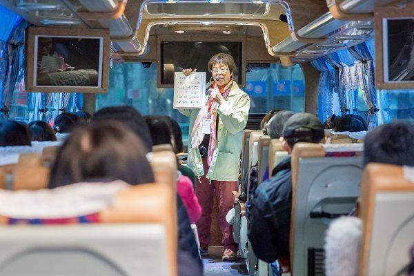 鄭麗真老師於遊覽車上介紹五分埔商圈歷史