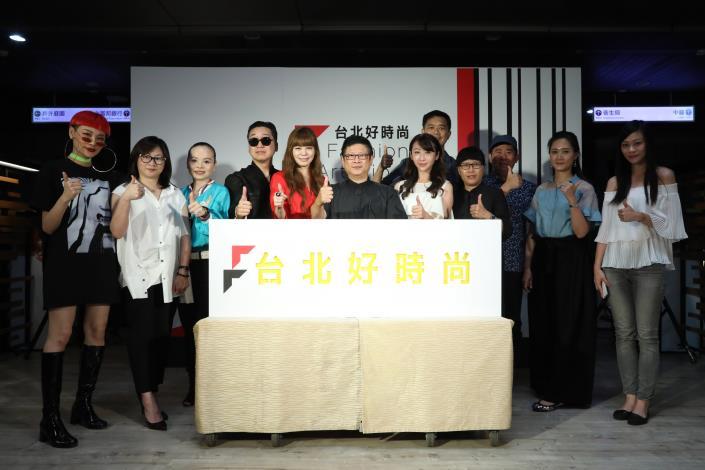 臺北市政府產業發展局局長林崇傑與貴賓合影.JPG