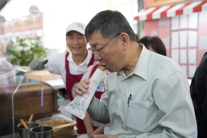 臺北市市長柯文哲品嚐來自內湖737商圈的知名豬血糕小吃