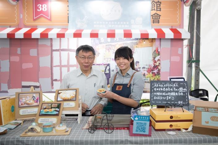 臺北市市長柯文哲與臺大公館商圈精緻甜點美食商家合影